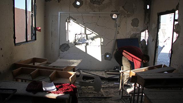 Разрушенная в результате авиаудара школа в сирийской провинции Идлиб. Архивное фото