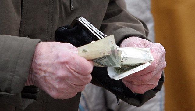 Пенсионер делает покупки на рынке. Архив
