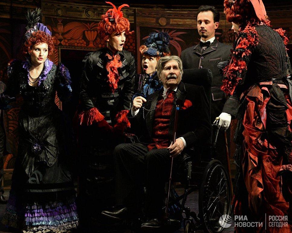 Актер Владимир Зельдин в сцене из спектакля Дядюшкин сон на сцене Московского Драматического театра Модернъ
