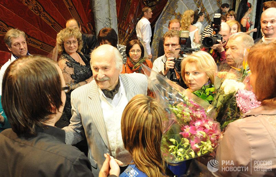 Актер Владимир Зельдин после спектакля Танцы с учителем в Центральном Театре Российской Армии