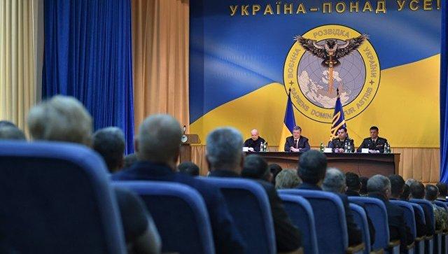 Порошенко выступил на фоне эмблемы с совой, пронзающей Россию мечом