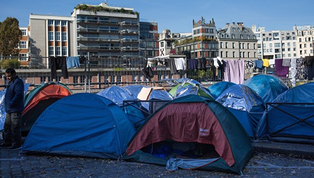 Французская милиция зачищает Париж отлагерей беженцев