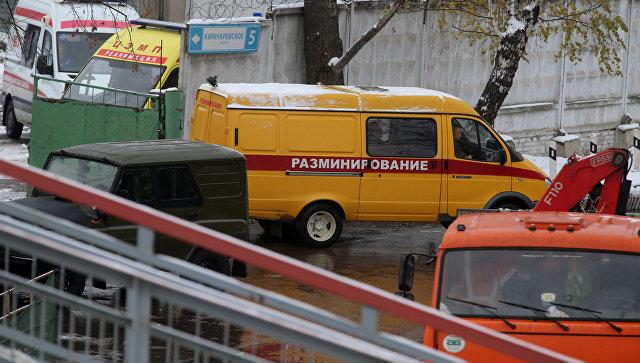 Сотрудники правоохранительных органов и экстренных служб работают на железнодорожной станции Чухлинка на юго-востоке Москвы, где в грузовом вагоне были обнаружены мины и взрыватели