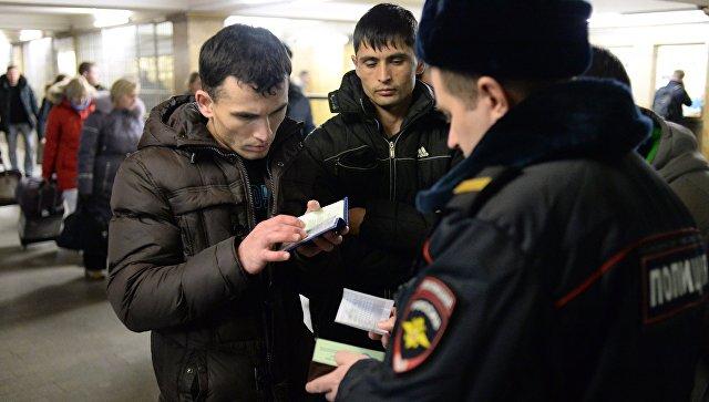 Сотрудник полиции проверяет документы на Казанском вокзале в Москве.