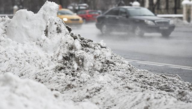 Сугробы снега на одной из улиц Москвы, образовавшиеся после сильного снегопада. Архивное фото