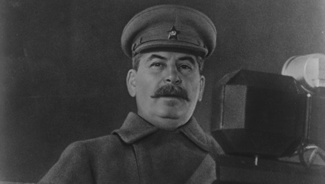 Иосиф Сталин выступает с речью на военном параде на Красной площади. Архивное фото