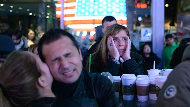 Сторонники кандидата в президенты США от Демократической партии Хиллари Клинтон на площади Таймс-сквер в Нью-Йорке. Архивное фото