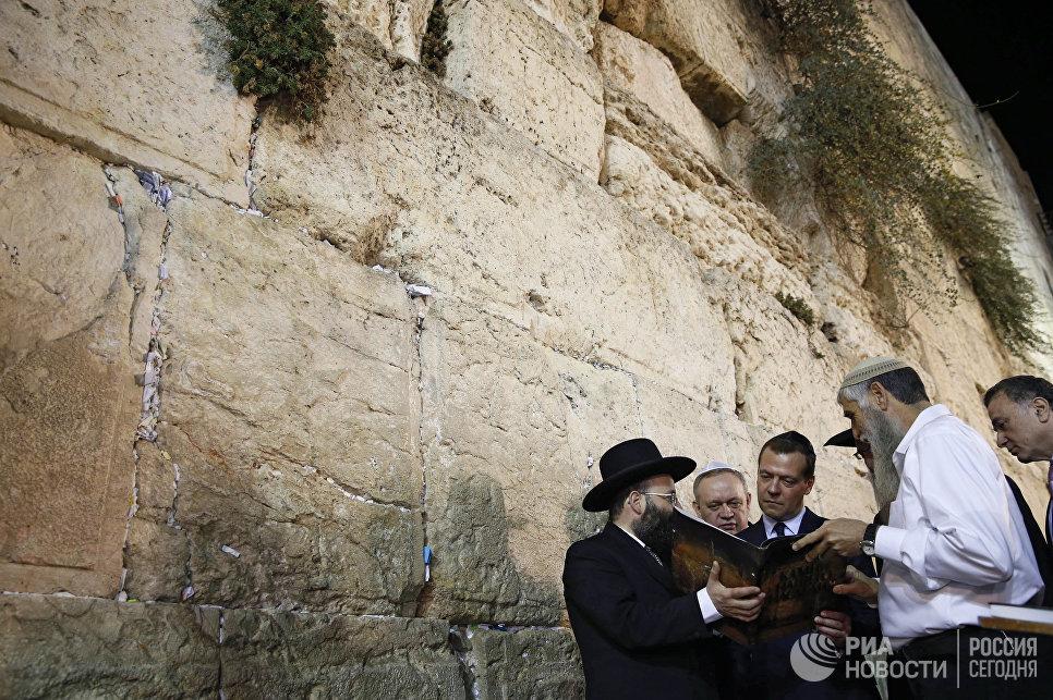 Дмитрий Медведев во время посещения Стены Плача в Иерусалиме. 10 ноября 2016