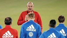 Главный тренер сборной России по футболу Станислав Черчесов во время тренировки на стадионе Аль Садд в Катаре. 9 ноября 2016