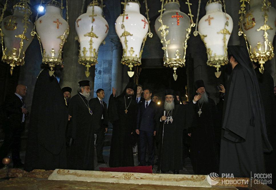Председатель правительства РФ Дмитрий Медведев во время посещения храма Гроба Господня в Иерусалиме в рамках официального визита в Израиль