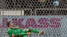 Игорь Акинфеев пропускает мяч в свои ворота в товарищеском матче между сборными командами Катара и России. 10 ноября 2016