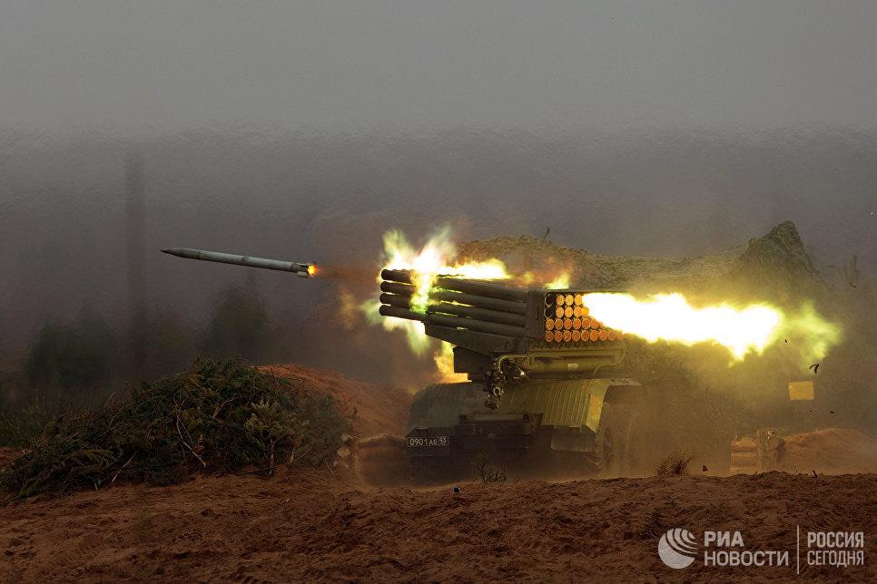 Реактивная система залпового огня Град во время боевых стрельб в Ленинградской области