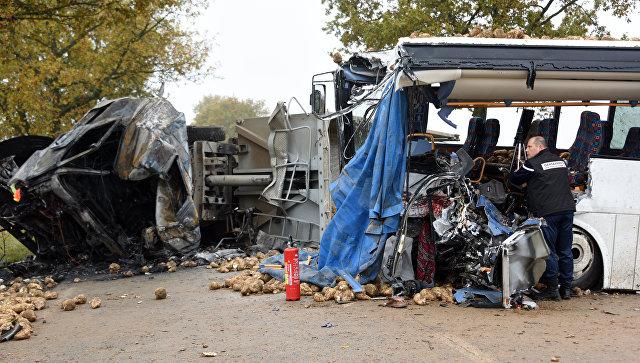ВоФранции ученический автобус столкнулся с грузовым автомобилем