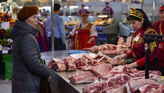 Покупательница выбирает мясо на Центральном рынке в Новосибирске