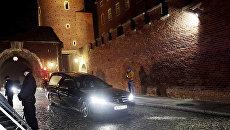Спецмашина с эксгумированными телами Леха и Марии Качиньских выезжает из Вавельского замка в Кракове, Польша. 15 ноября 2016