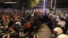 Массовые беспорядки и сожжение флага США: протесты в Греции против визита Обамы