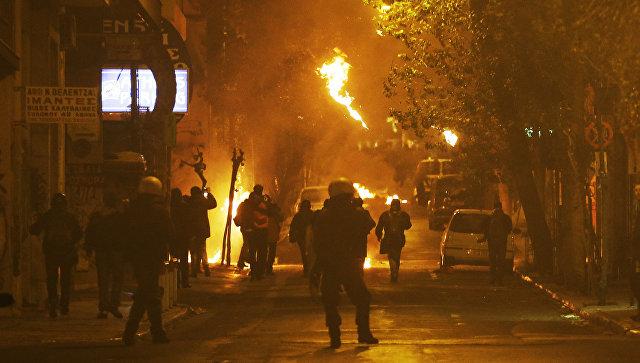 Протестующие вАфинах забросали полицию бутылками сзажигательной смесью