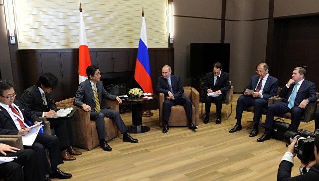 Президент России Владимир Путин и премьер-министр Японии Синдзо Абэ во время встречи в резиденции Бочаров ручей. Архивное фото