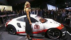 Мария Шарапова возле автомобиля Porsche 911 RSR на автосалоне в Лос-Анджелесе