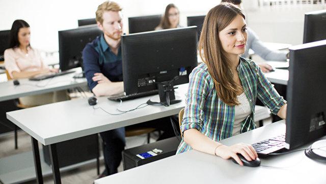 Молодые люди за компьютерами