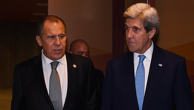 Министр иностранных дел РФ Сергей Лавров (слева) и госсекретарь США Джон Керри после встречи в Лиме на полях саммита АТЭС