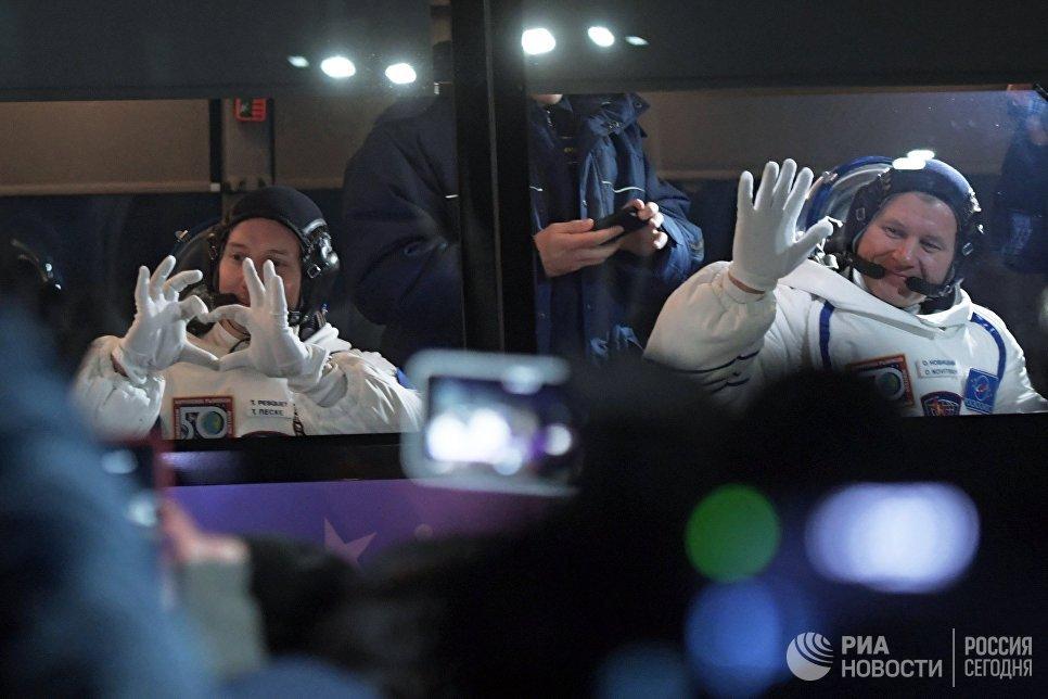 Участники основного экипажа 50/51-й экспедиции на Международную космическую станцию астронавт ESA Тома Песке и космонавт Роскосмоса Олег Новицкий