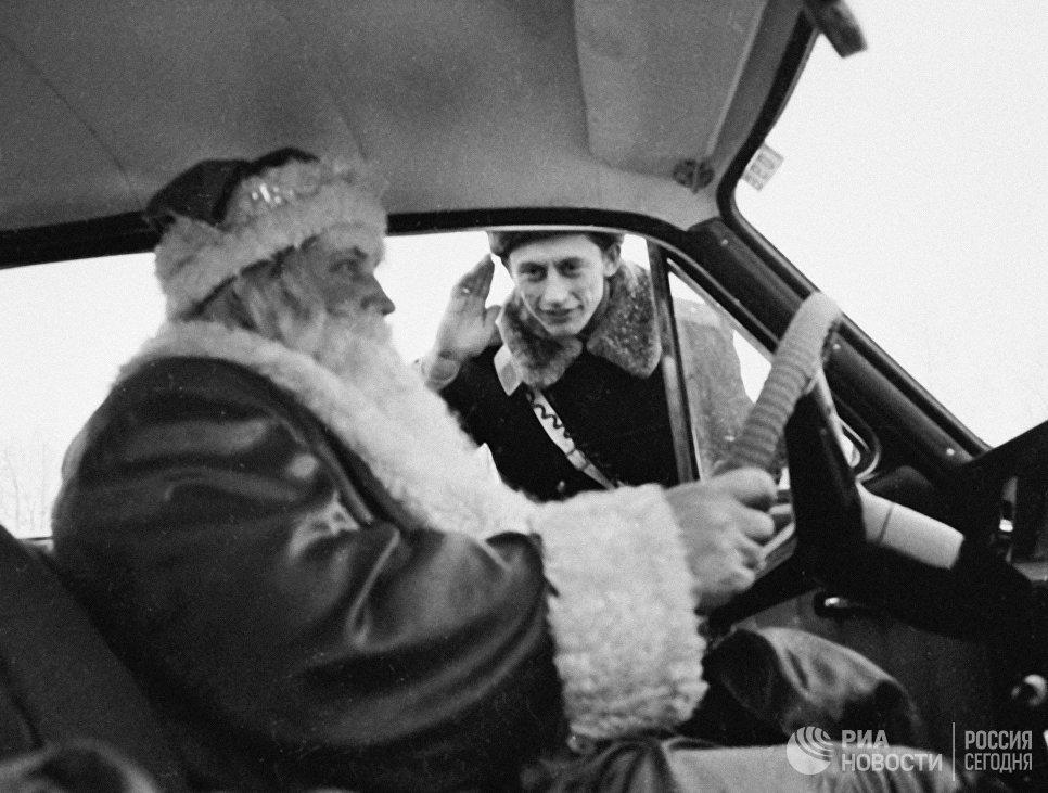 Инспектор ГИБДД города Москвы остановил машину с человеком, наряженным в костюм Деда Мороза