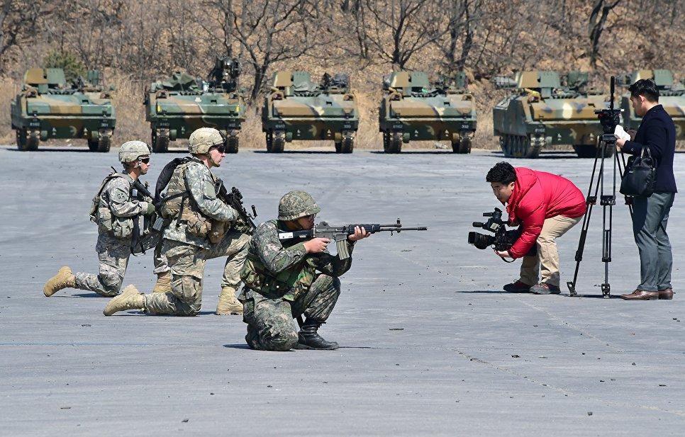 Телеоператор снимает солдат на полигоне Родригес в Пхочхоне, Южная Корея