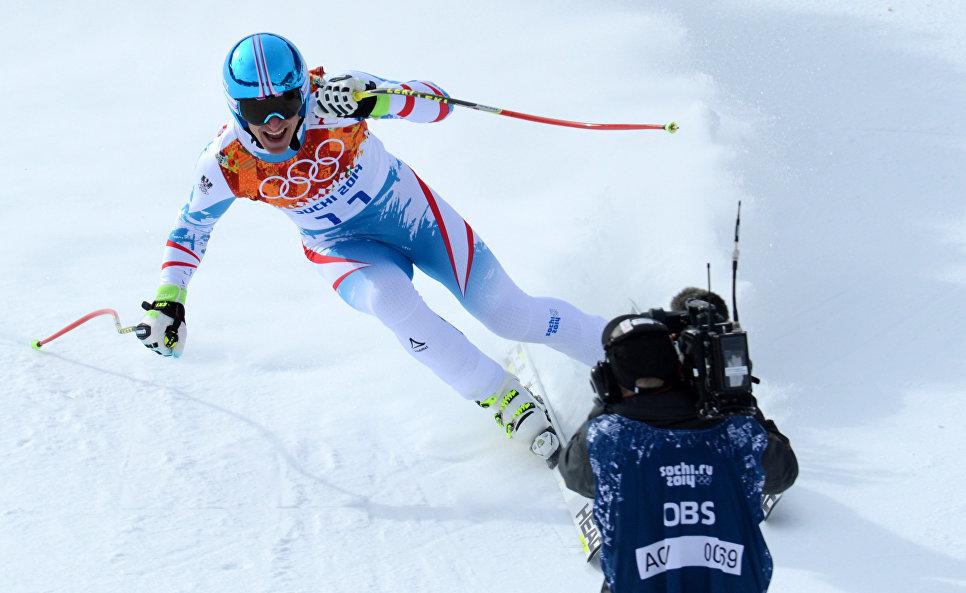Маттиас Майер финиширует на соревнованиях по скоростному спуску в горнолыжном спорте среди мужчин во время зимней Олимпиады в Сочи