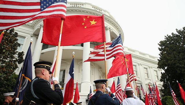 Почетный караул у Белого дома в Вашингтоне с флагами США и Китая. Архивное фото