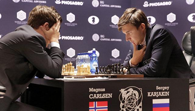Россиянин Сергей Карякин и представитель Норвегии Магнус Карлсен. Архивное фото