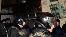 Сотрудники правоохранительных органов у офиса Сбербанка в Киеве, разгромленного участниками акции, посвященной годовщине начала событий на Майдане
