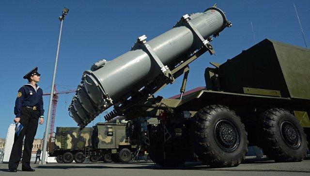 Посетитель у самоходной пусковой установки берегового ракетного комплекса Бал (3К60)