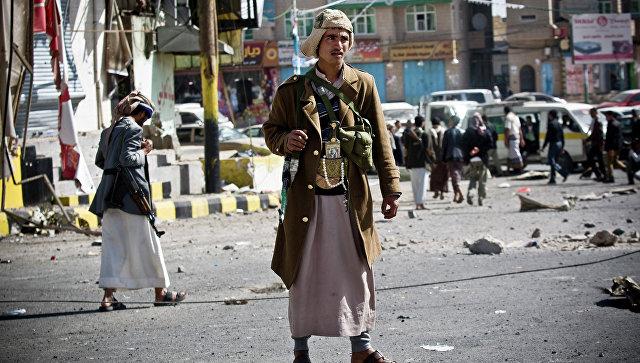 Повстанцы-шииты патрулируют улицу, ведущую к президентскому дворцу в Сане, Йемен. 20 января 2015