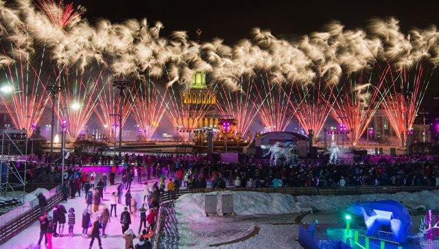 Салют во время праздничного открытия третьего сезона катка ВДНХ в Москве