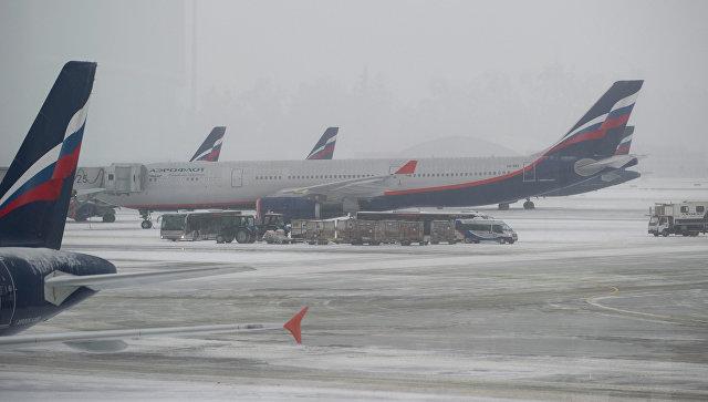 Самолеты авиакомпании Аэрофлот на взлетно-посадочной полосе аэропорта Шереметьево. Архивное фото