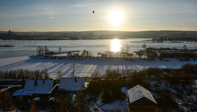 Вид на реку Ангара в нижнем бьефе Иркутской ГЭС в городе Иркутск. Архивное фото