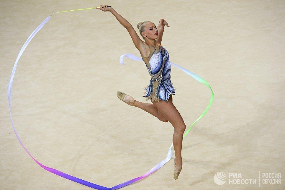 Яна Кудрявцева выполняет упражнения с лентой в индивидуальном многоборье на чемпионате Европы по художественной гимнастике в израильском Холоне