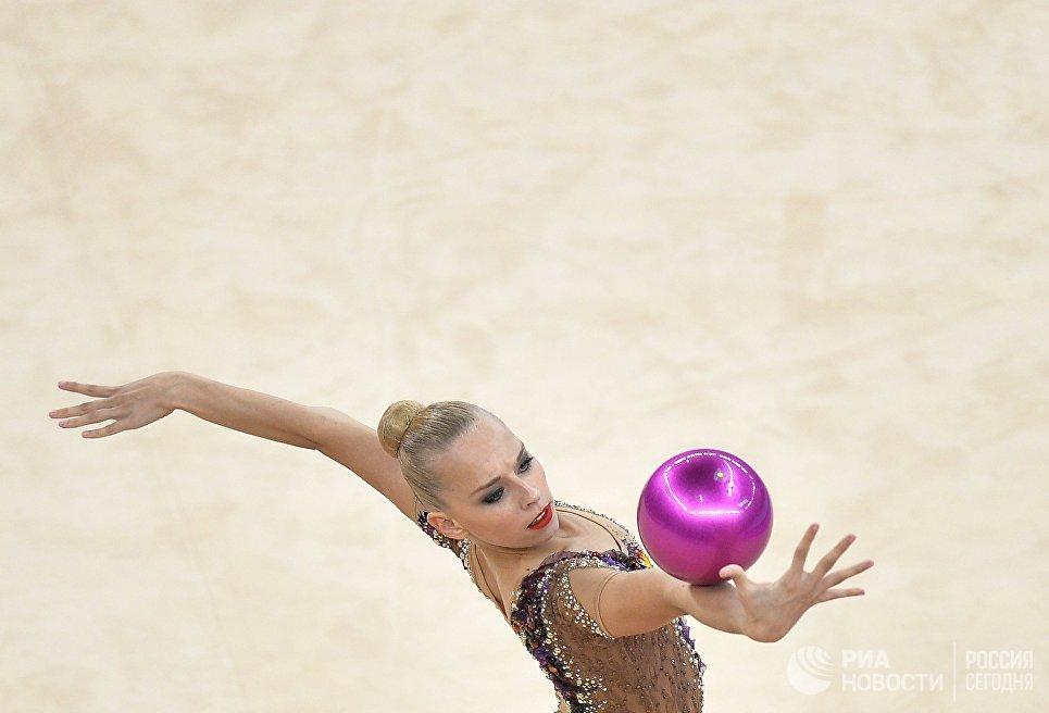 Яна Кудрявцева (Россия) выполняет упражнения с мячом на соревнованиях по художественной гимнастике в женском индивидуальном многоборье на I Европейских играх в Баку