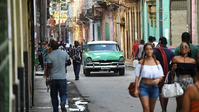 Жители на улице в исторической части Гаваны