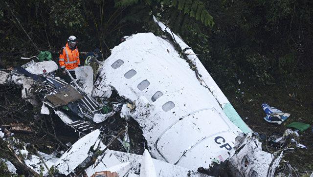 Спасатели на месте крушения самолета, разбившегося у аэропорта Jose Maria Cordova в Колумбии