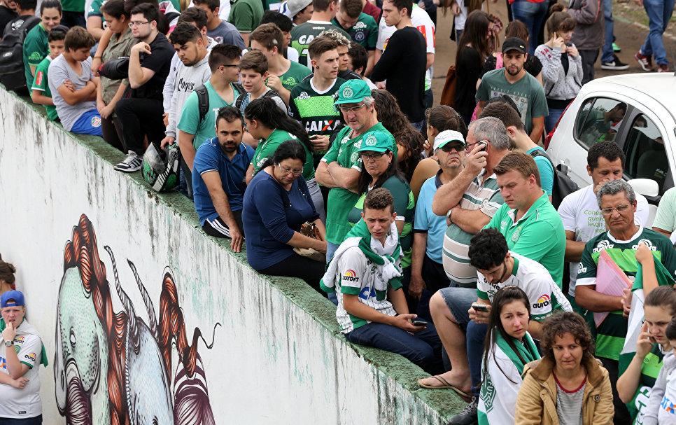 Болельщики футбольной команды Шапекоэнсе перед стадионом в бразильском городе Шапеко