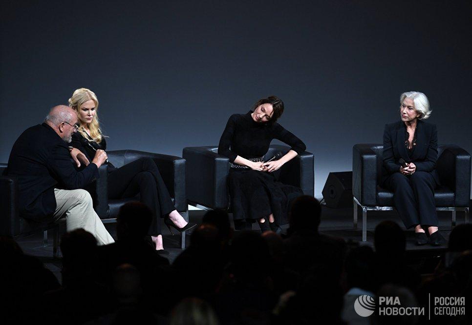 Немецкий фэшн-фотограф Петер Линдбер, американские актрисы Николь Кидман и Ума Турман и британская актриса Хелен Миррен на презентации календаря Pirelli 2017