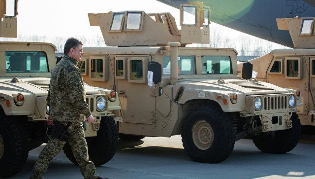 Президент Украины П.Порошенко встретил первый самолет ВВС США с американскими бронеавтомобилями. Архивное фото