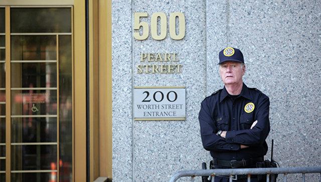 Охранник возле здания окружного суда США. Архивное фото