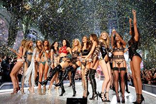 Модели во время показа Victoria's Secret Fashion Show 2016 в Париже, Франция