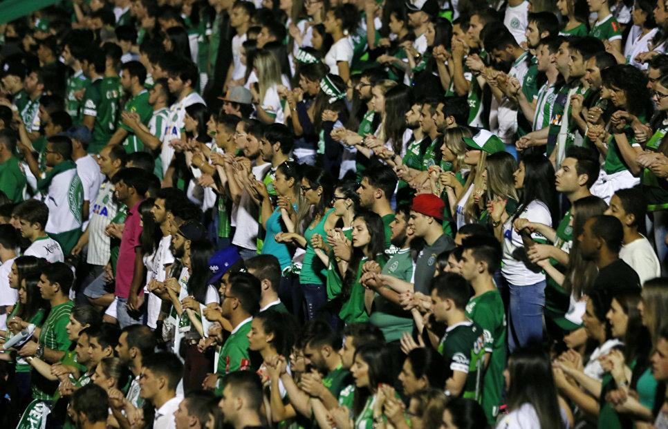 Болельщики футбольного клуба Шапекоэнсе на стадионе Арена Конда, Шапеко