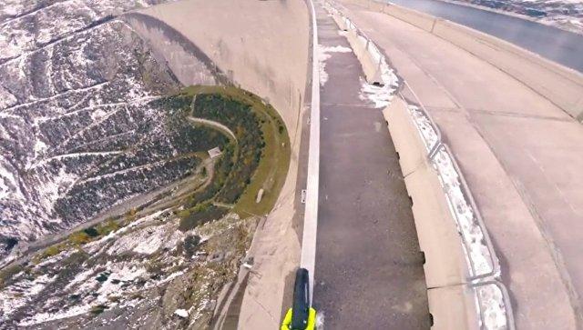 Экстремал проехал на велосипеде над плотиной