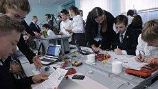 Ученики на занятии в инженерном классе московской школы №2030, открытом в рамках образовательного проекта Инженерный класс в московской школе. Архив