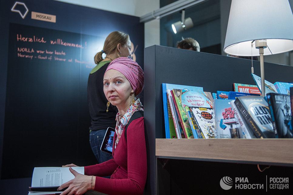 Посетители на международной ярмарке интеллектуальной литературы non/fictio№18 в ЦДХ на Крымском валу в Москве